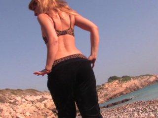 Baise brutale la tête dans les galets de la plage