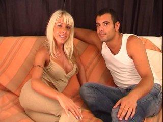 Une bomba latina blonde en plein casting
