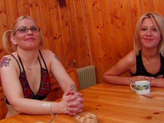 Baise sauvage sur le carrelage de la cuisine pour 2 copines