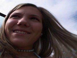 Blondinette défoncée lors d'un casting à l'arrière d'un pickup