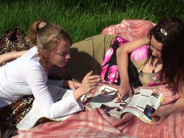 ces jeunes amatrices bisexuelles se chauffent au soleil