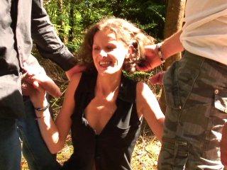Sophie s'offre une partouze pendant ses vacances dans un village
