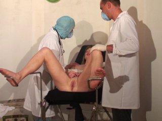 Gynéco pervers fouillent les trous d'une MILF Fontaine