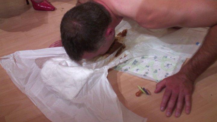 Jeux uro et scato avec infirmière vicieuse, mec soumis en couche mange son caca
