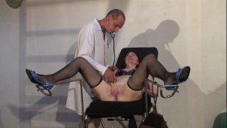 Mme thomas en consultation chez nos docteurs pervers