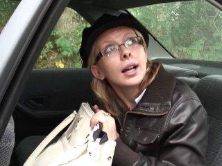 Sodomie d'Emilie, une blonde à lunettes