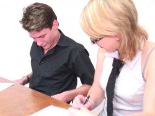 Jeune étudiante baisée par son collègue et le prof