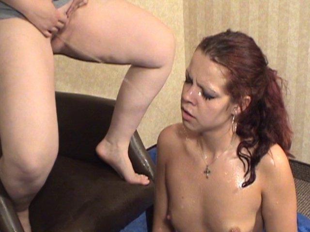 Chloé, une jeune amatrice profite d'une bonne douche dorée de pipi
