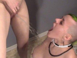 Double casting porno et uro avec deux femmes bi punk
