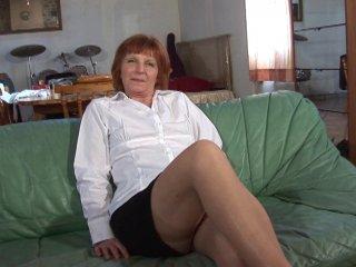 Casting d'une femme mature poilue de la moule