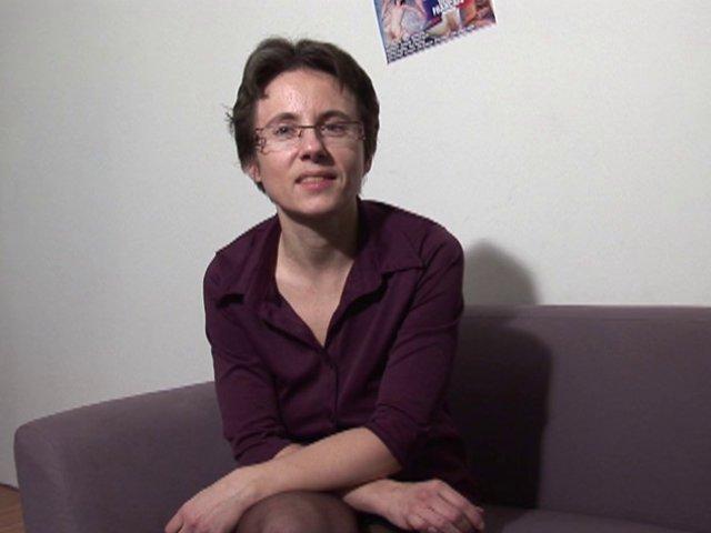 Angélique, la femme au foyer typique qui cache bien son jeu!