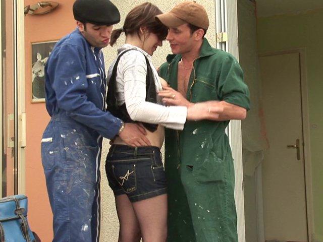 Femme sèche les cours pour baiser avec les ouvriers qui travaillent chez elle