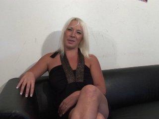 Une blonde charnue débute dans le porno avec nous