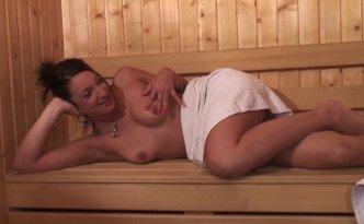 Nat aime beaucoup les moments d'intimité qu'elle se donne au sauna
