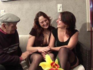 Deux filles bi baisent notre papy pervers