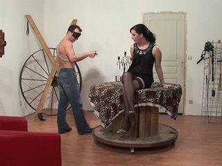 Un dressage de salope sur fond de fist anal et d'humiliation