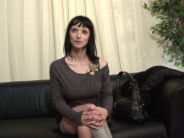 Ophélie, bourgeoise bcbg s'offre deux jeunes queues pour son plaisir dominical - סרטי סקס