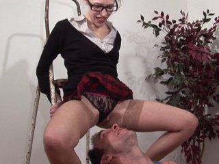 Fist fucking et sodomie d'une étudiante sexy