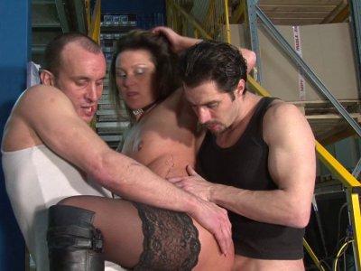 Une salope de directrice se fait baiser par ses deux employés