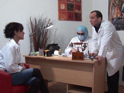 Joyce a rendez vous chez son gyn�cologue habituel qui lui pr�sente par la m�me o