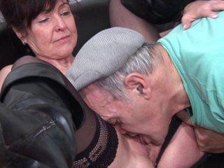 Sodomie d'une femme mure et éjaculation dans la bouche