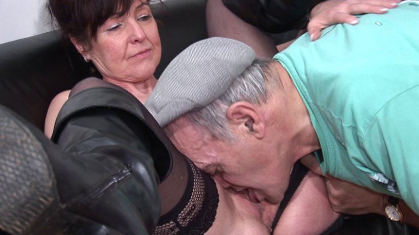 mec se gode jeune salope suce un vieux