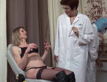 un gynecologue fan de chatte dilatée