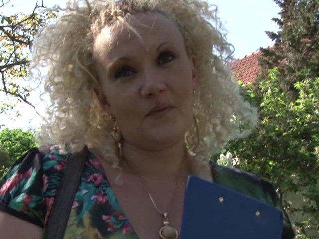 tourner une video amateur avec une vraie femme de menage blonde
