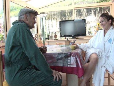Papy vient rendre visite � L�ana, sa jolie petite voisine. Il la trouve de bon m