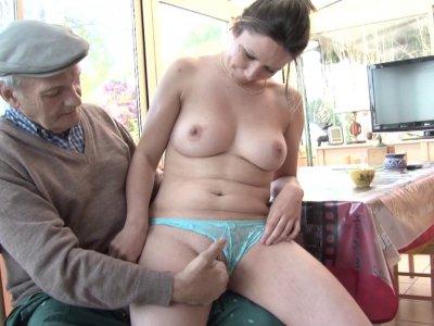 Un papy pervers se tape ses voisines en douce