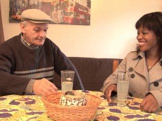 une africaine baisée par un vieillard de 75 ans