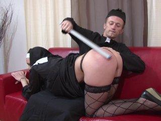 une religieuse goûte au sexe avec un prêtre
