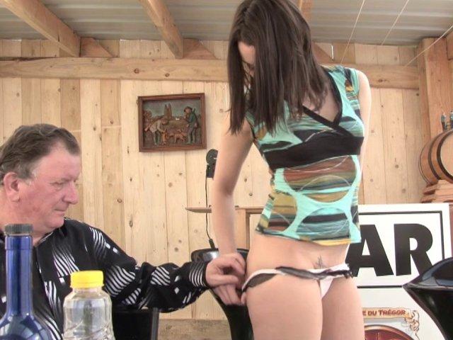 Melyne, gogo danseuse de 28 ans, nous offre tous ses orifices pour son premier porno
