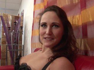 Emy s'autofiste après le casting porno amateur
