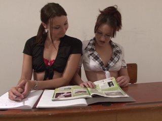 Deux étudiantes enculées par le pion en salle de cours