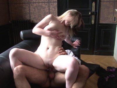 Un chauffeur de taxi baise une chaudasse blonde