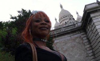 Max est à Montmartre à la recherche d'une jolie fille prête à baiser
