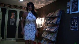 Sabine libertine de nimes trouvé dans un sexshop nous offre sa première vidéo