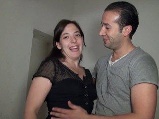 Daphnee baise le pere de son copain qui les aide a faire des travaux