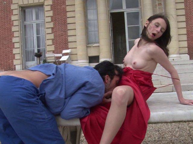 Gosse de riche offre sa virginité au jardinier sur la terrasse de son chateau - סרטי סקס
