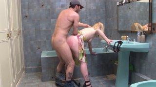 Marion baisée par le plombier dans la salle de bain