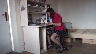 En pleine révision, cette étudiante s'accorde une pause quéquette pendant l'absence de ses parents