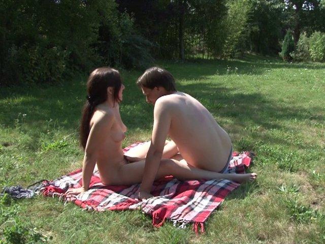 Ma femme se fait baiser en plein air - Sexe amateur