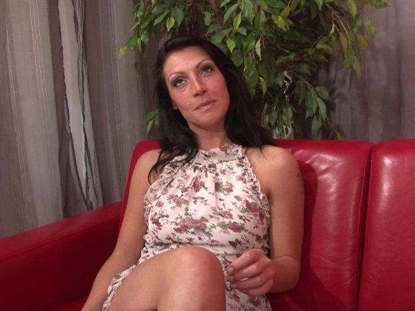 Initiée au porno par un vieux pervers, elle va dérouiller !