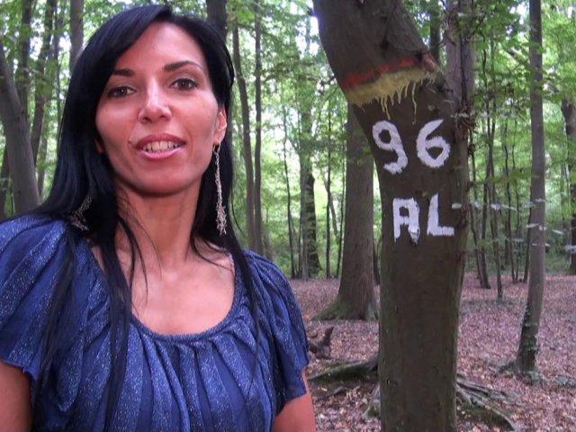 Promenade coquine en forêt avec les gros seins de sophie - סרטי סקס