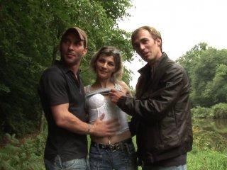 Couple amateur baise dans les bois avec notre aide