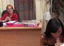 Voir la vidéo: Casting porno improvisé avec une commerciale