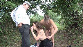 Un grand père voyeur et pervers négocie un plan cul avec un couple amateur