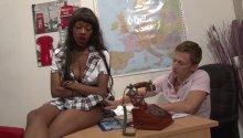 Jenny, bachelière indisciplinée, joue de ses charmes pour éviter le conseil de discipline!