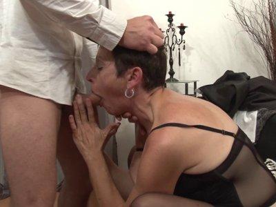 Femme mûre se livre à un plan baise de folie